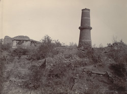 Minaret with ruins, Byana Fort